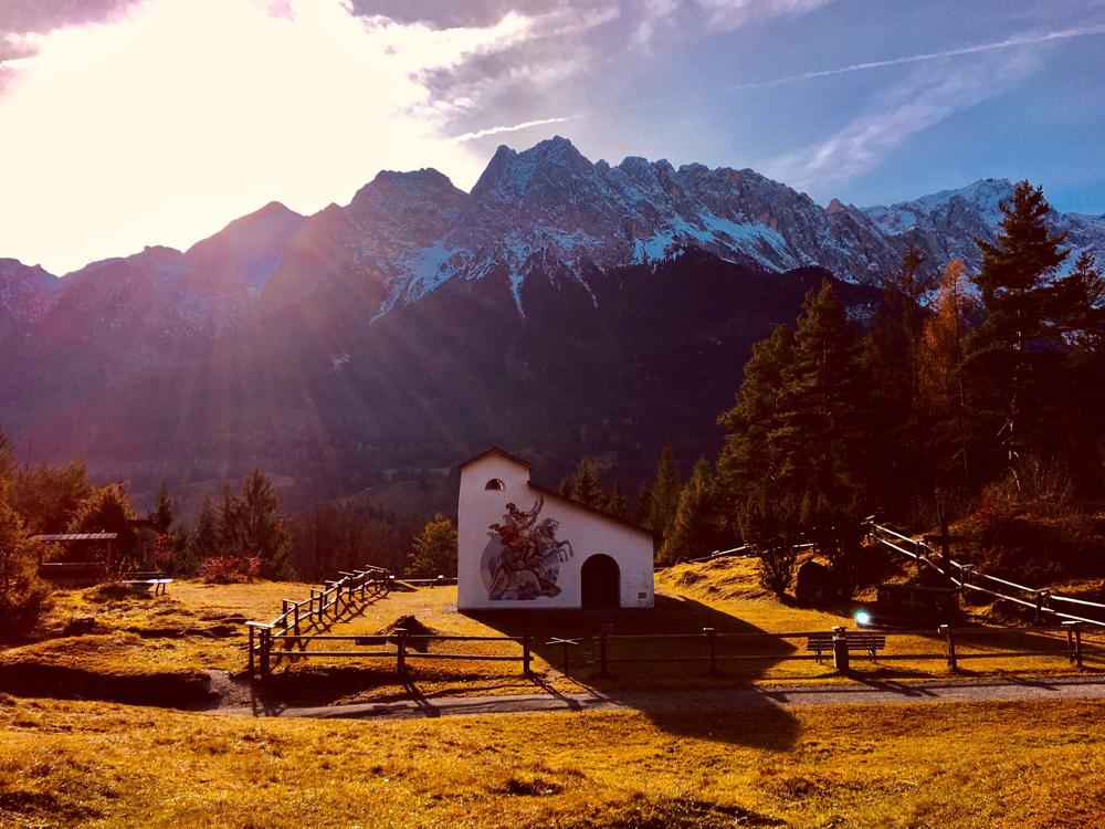 Kriegergedächtniskapelle am Höhenrain oberhalb vom Ortskern Grainau