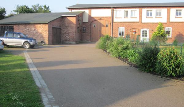Außenanlage mit Kiesweg