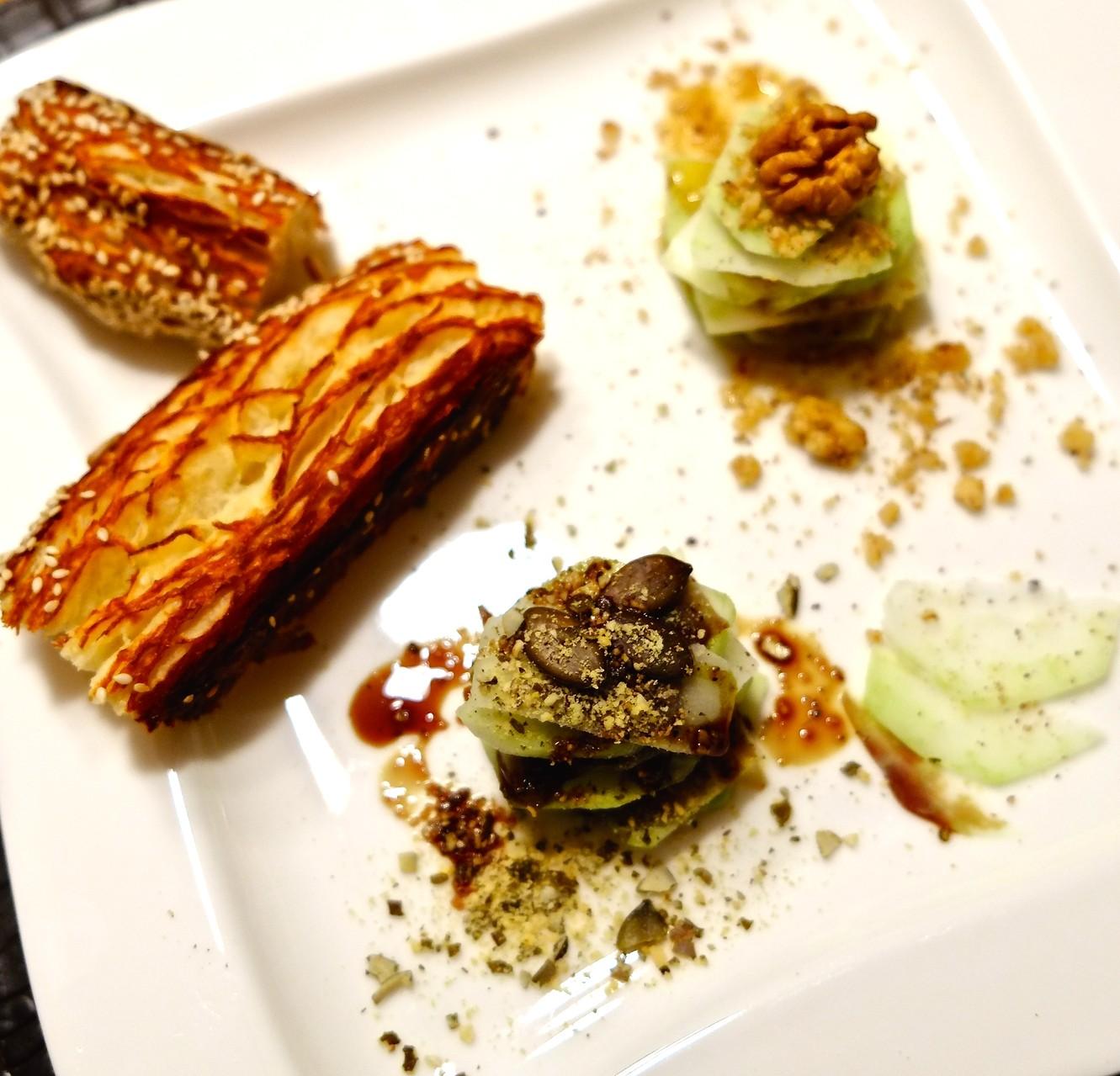 Vorspeise Kohlrabi-Carpaccio mit Kürbiskern und Walnuss