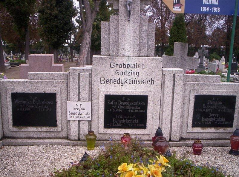 Grobowiec Benedykcińskich - Franciszek (1882-1964), Zofia (1891-1951), Weronika (1918-1943), Stanisław (1879-1967), Jerzy (1921-1993) oraz Krzysztof (1956-1956)