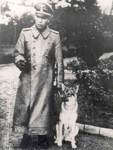 SS-man Kurt Schmidt ze swoim psem.