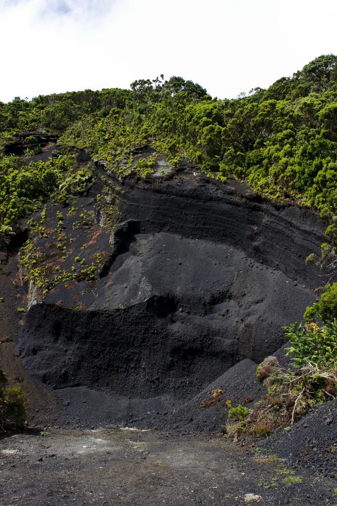 Glissement de terrain laissant apparaître le sol noir volcanique - Eté 2013 © Florian Bernier