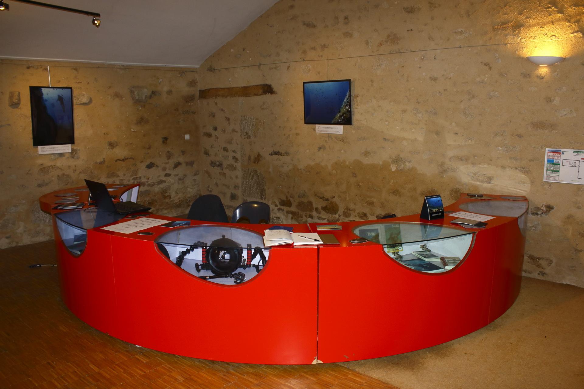 Bureau d'accueil et caisson de plongée © Oct16 - Florian Bernier