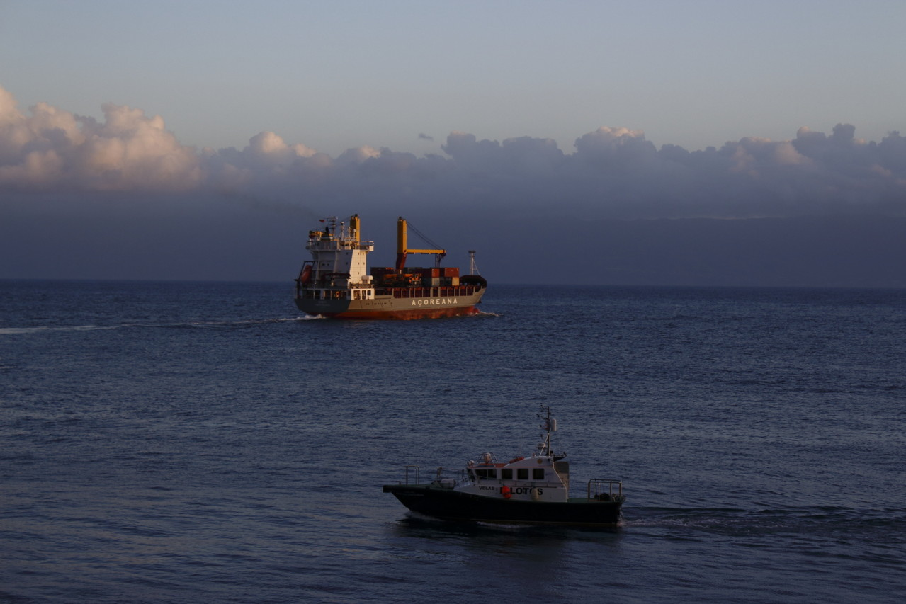 Porte contener quittant le port de Velas - 01aout13 @ Florian Bernier