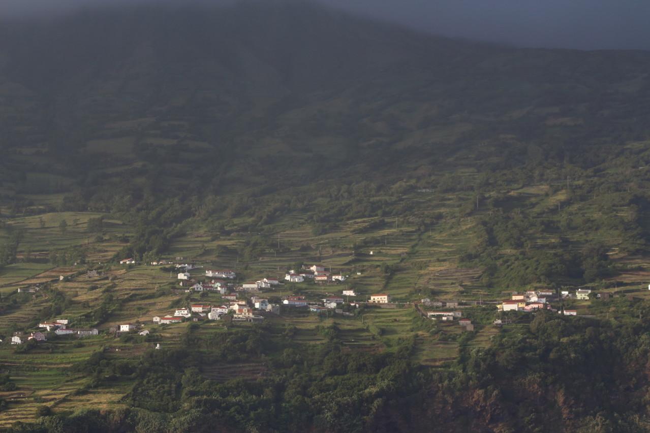 village à flanc de falaise sur Sao Jorge - 01aout13 @ Florian Bernier
