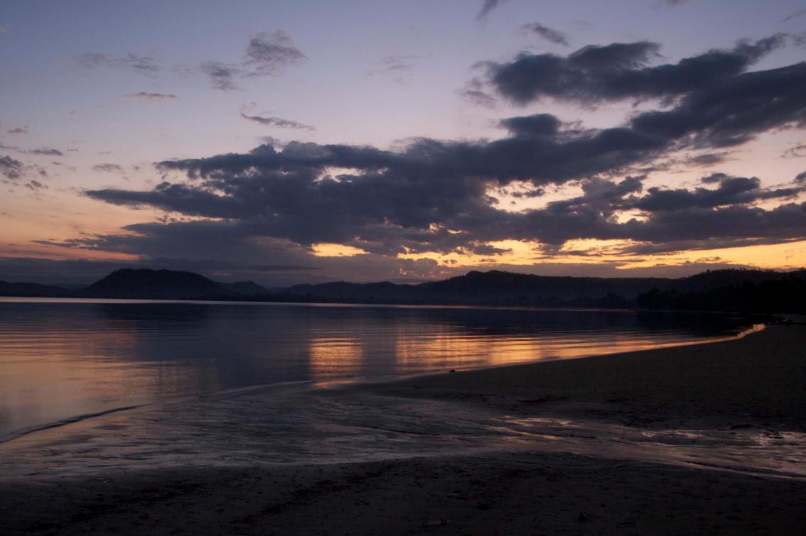 Chaque soir, durant un mois de tournage à Madagascar, le ciel et le soleil sortaient leurs plus beaux apparats au grand plaisir de mes yeux. © Florian Bernier - Sept 2009