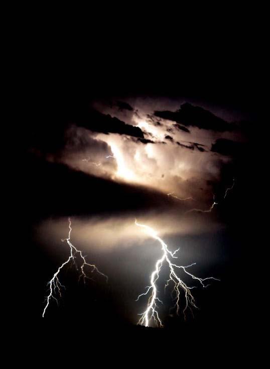 Le résultat de ma première soirée d'orage avec un véritable appareil photo dans les mains, me dit que ce ne sera pas la dernière ! © Florian Bernier - 2012