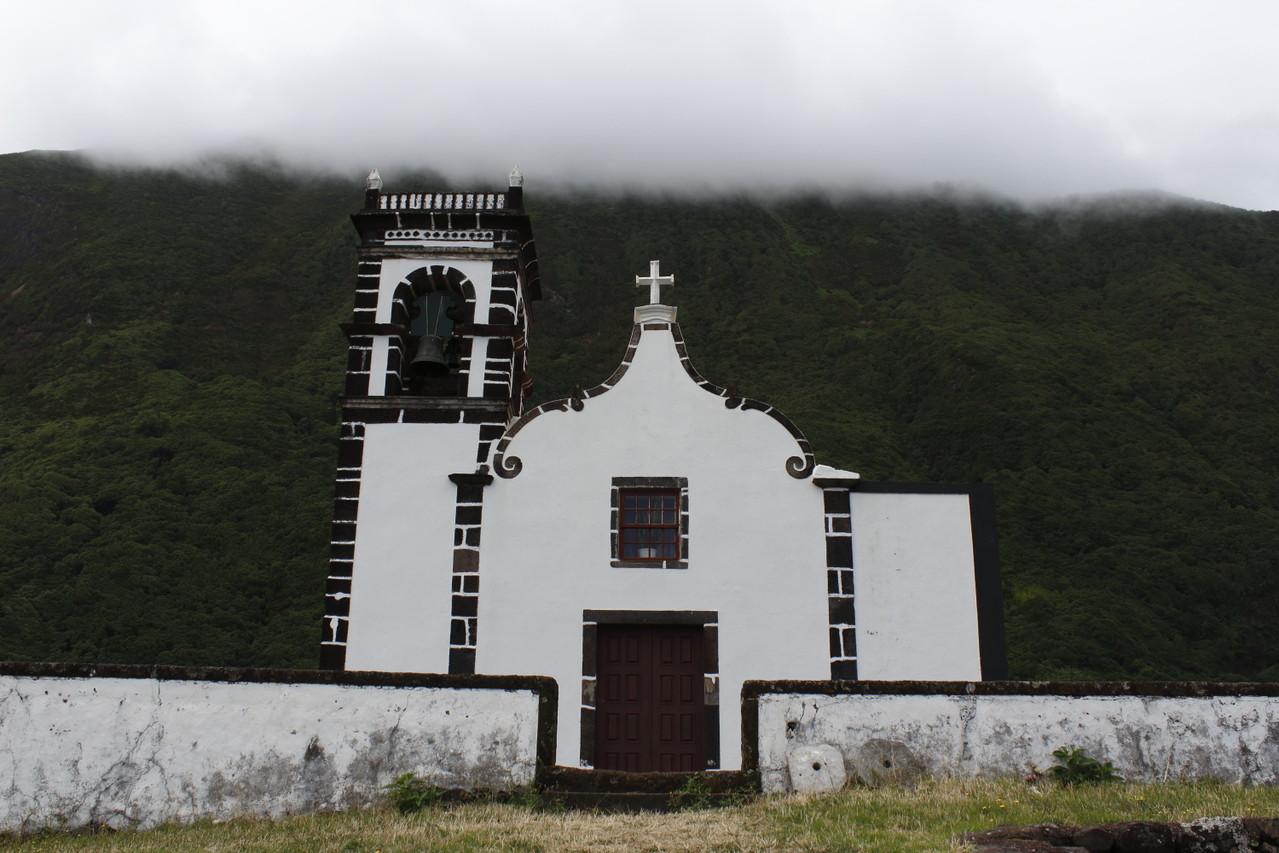 Eglise de Santo Cristo et nappe de nuages bloquée contre la falaise - Eté 2013 © Florian Bernier