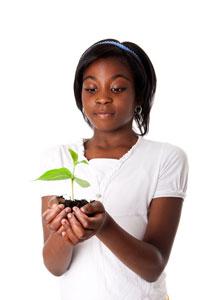 Mädchen mit einer Pflanze in den Händen