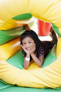 Mädchen Spielt in einer Hüpfburg