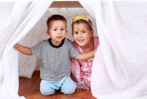 Zwei Kinder Spielen Höle
