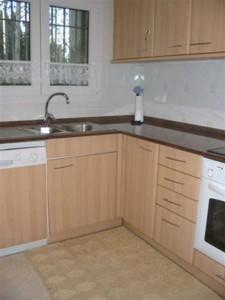 Küche mit Glaskeramik und Spülmaschiene