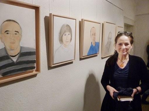 """Chantal Coutu  stellt unter dem Titel """"Schätzte Augenblicke"""" im Rathaus in Göllsdorf Porträts aus. Foto: Derix-Kessler"""