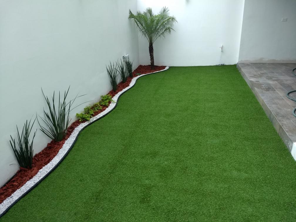 Pasto sintético y jardín