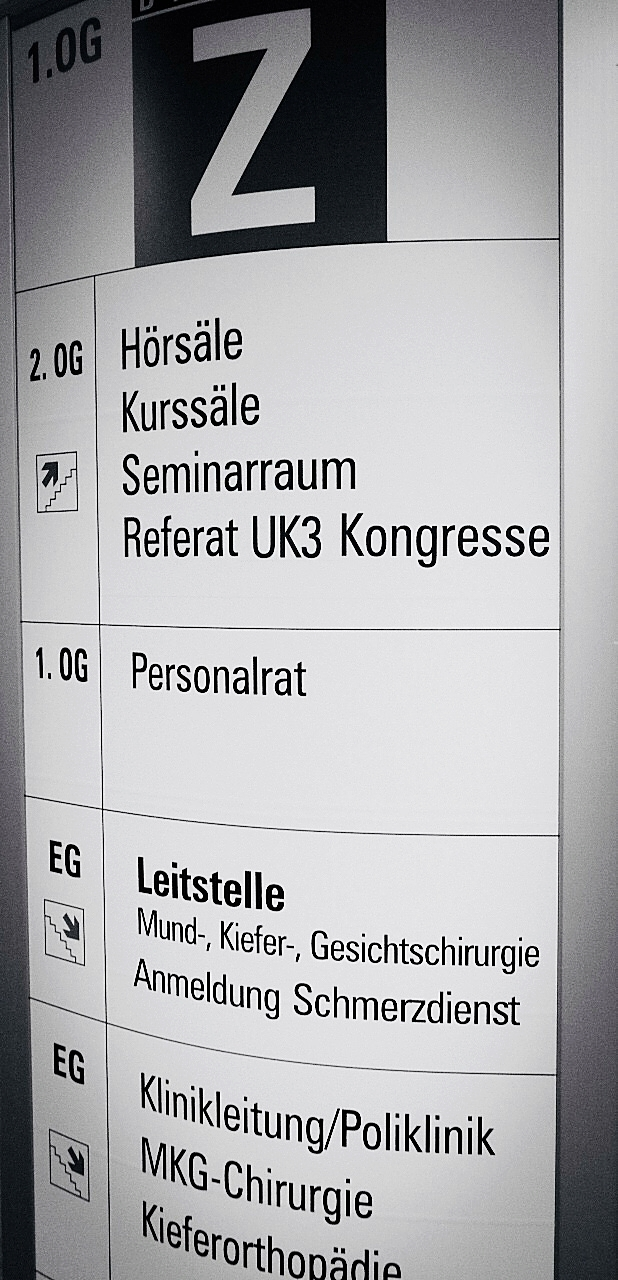 Zahnklinik Wegweiser ©Moritz Linnebank
