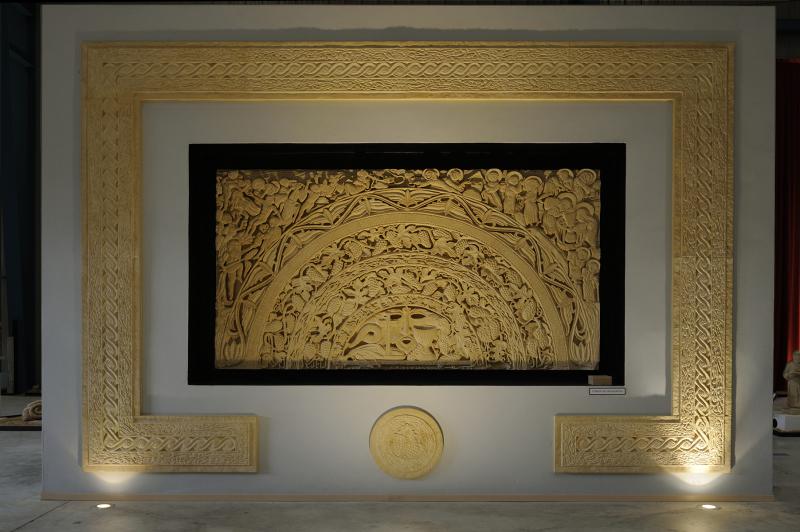 Tympan de l'Eucharistie - L. 280 cm x H. 150 cm x Épais. 8 cm