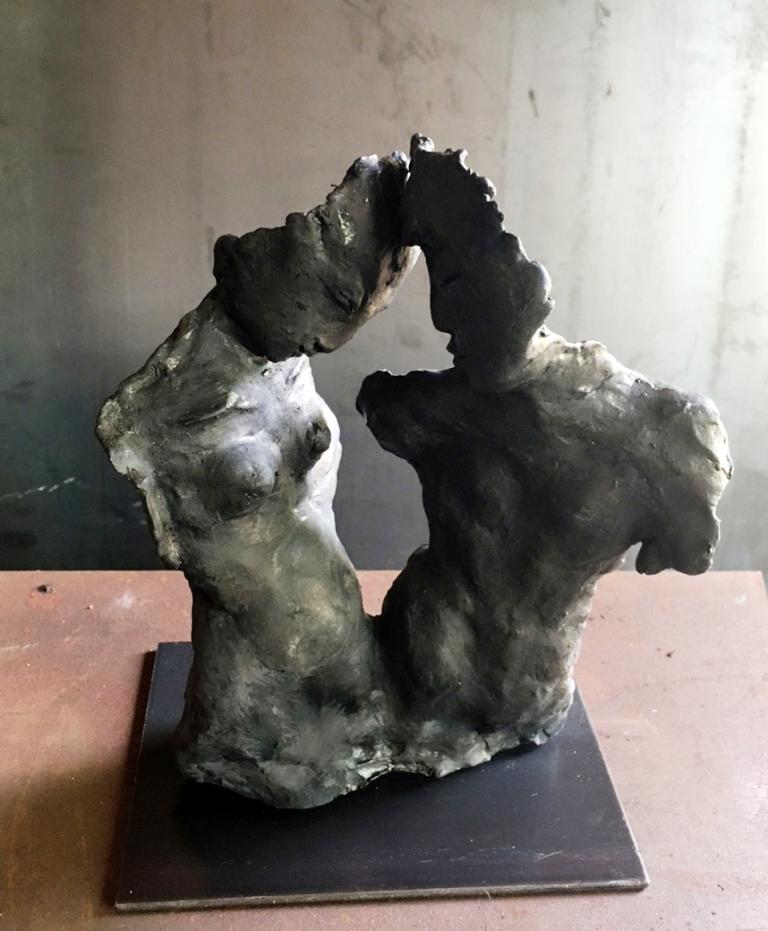 Duo noir. Terre (Paper clay) & technique mixte.  H 27x20x14cm. Indisponible.