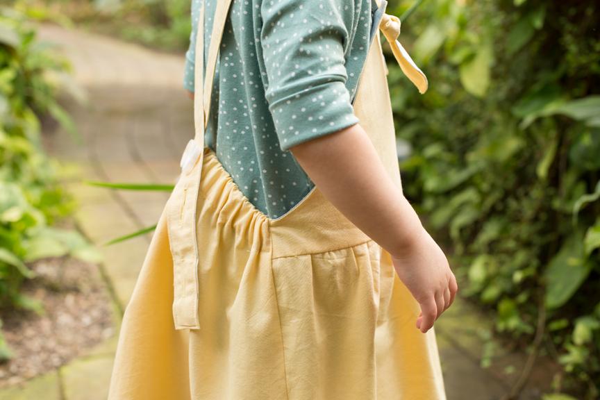 Gelbes Kinderltzkleid aus Bio Chambray zum mitwachsen