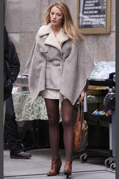 Blake Lively El personaje de Blake, Serena, es adicta a las capas forradas de borreguito. La prenda de abrigo perfecta para el inclemente invierno neoyorkino.