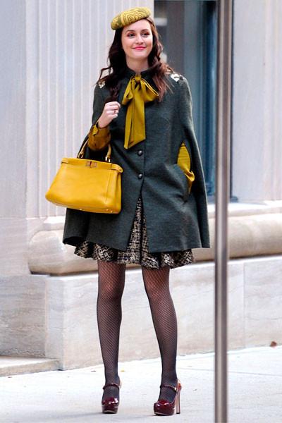 Leighton Meester La actriz, ejerciendo de Blair, luce la capa con ese toque preppy tan característico. ¡Fichada!