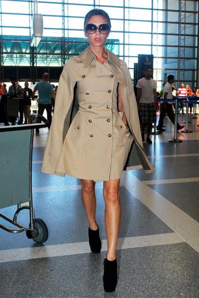 Victoria Beckham Nos rechifla este outfit de la señora Beckham. Esa capa-trench-vestido nos tiene fascinadas.