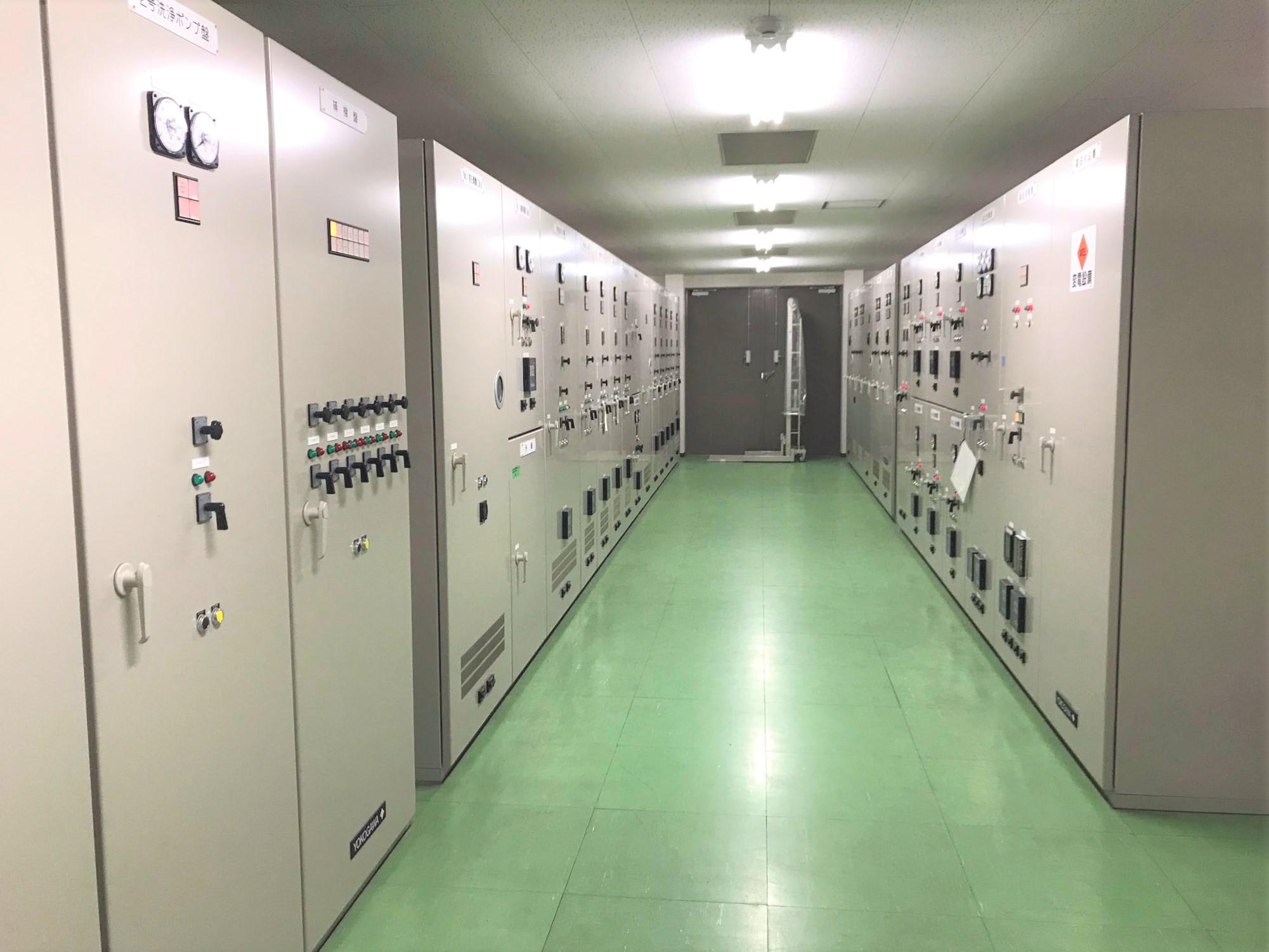 浄水場の電気設備更新工事を施工しました。受変電系統を2重化して信頼性を高め、10台の高圧モーターポンプを運用して市内に送配水しています。