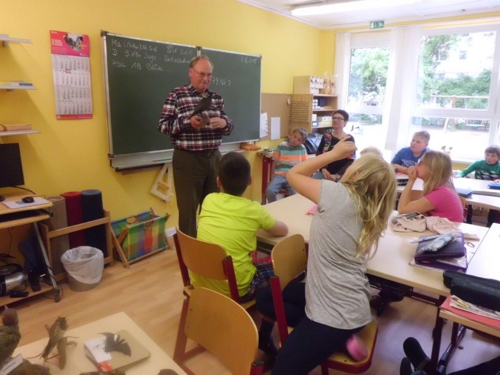 Gebhard Edner zeigt das Präparat einer Dohle