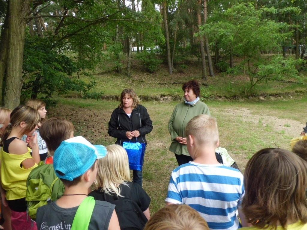 Gudrun Edner (re.) bekam stellvertrend für unseren Umweltbildungsbeitrag an den zwei Tagen ein Präsent überrreicht