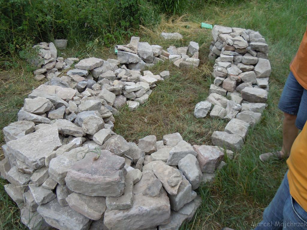 Der Steinhaufen mit den beiden Unterschlupfen nimmt Gestalt an