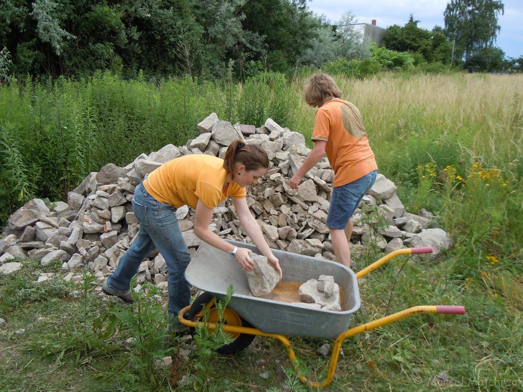"""Fleißige Helferinnen beim """"Steineaufladen"""""""