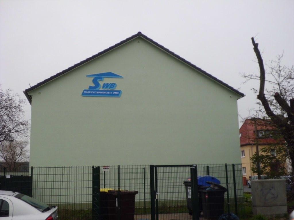 An dem Haus sind drei Einflugöffnungen zu sehen.