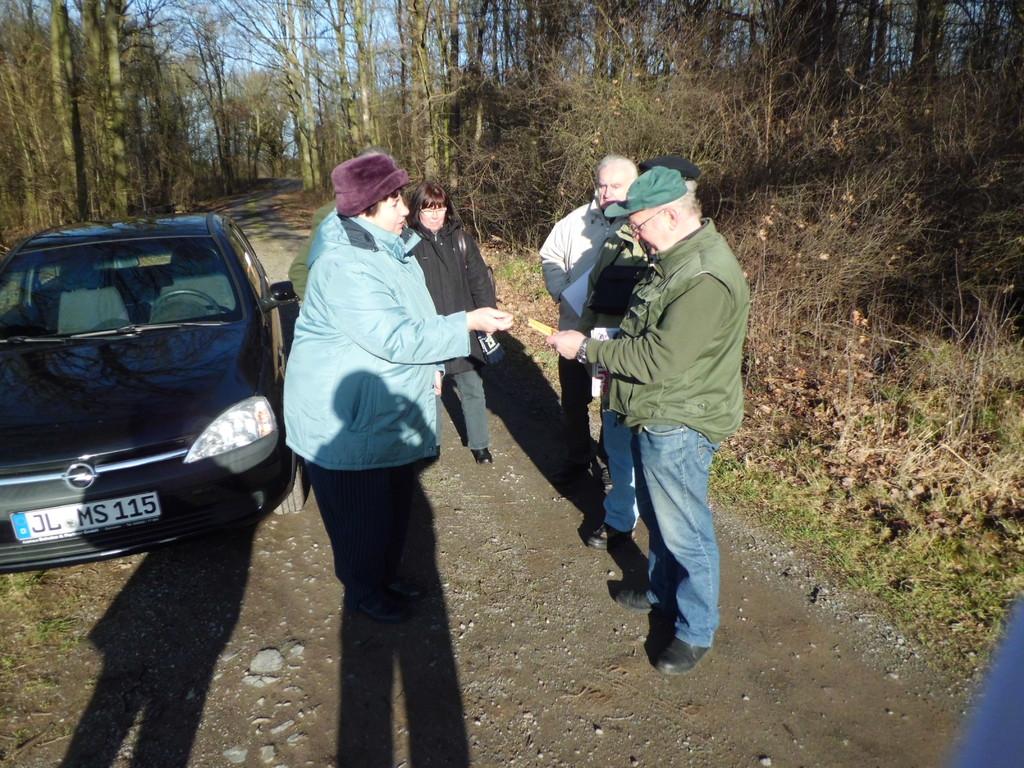 Gudrun Edner bedankt sich bei Friedhelm Stein und überreicht ihm als Dank ein Vogelbuch