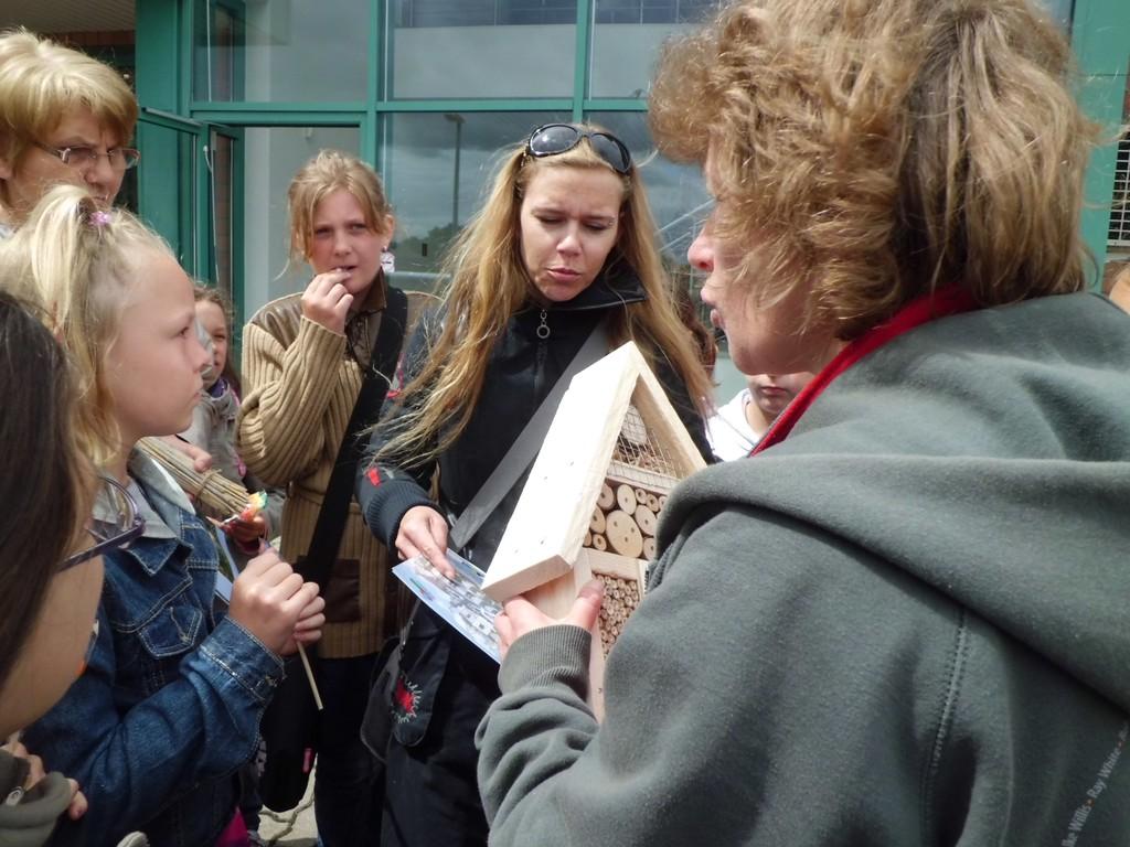 Heike Müller (re.) bei der Übergabe der von der OEWA gesponserten Insektenhotels an die Schulklassen