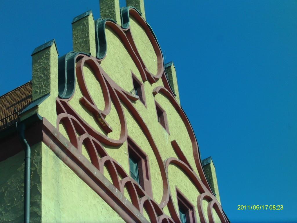 """Verwaltungsgebäude des """"Burghof"""" Schönebeck - hinter einem Einflugloch befindet sich ein Turmfalkenkasten"""