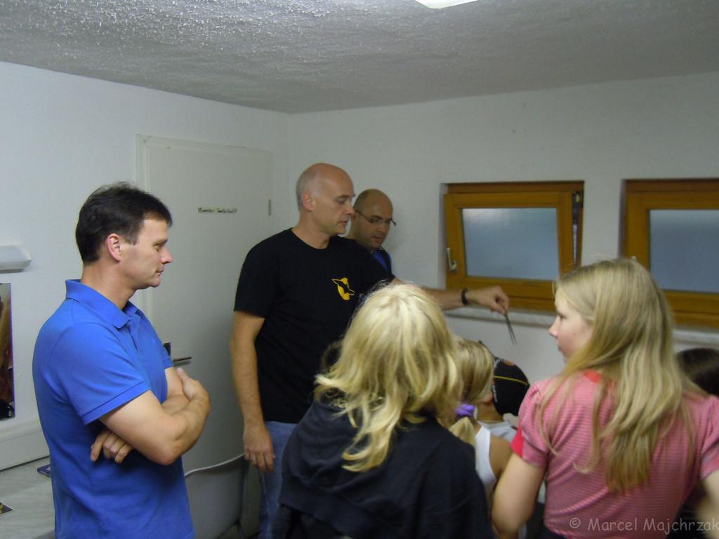 Michael Wunschik erklärt die kleinen Krabbeltiere, die im Binokular ganz groß erscheinen