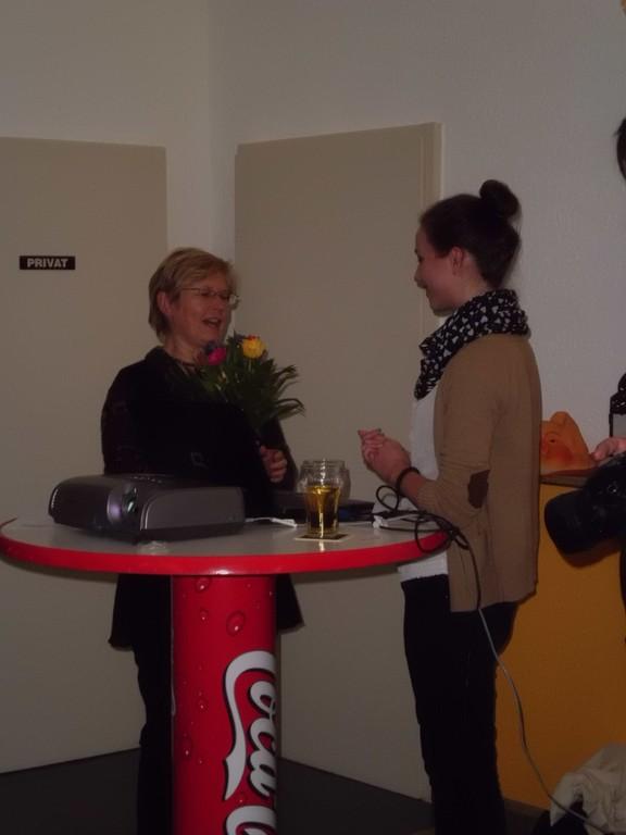 Gudrun Sommerfeld überreicht Carolin Hermann zum Dank einen Blumenstrauß