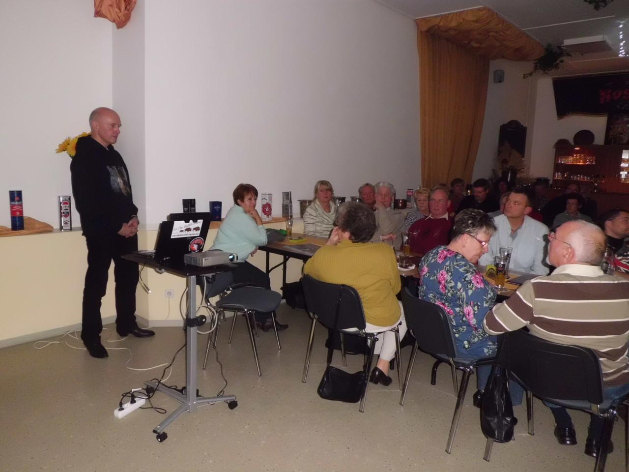 Dr. Peter Schmiedtchen (li.) beim Vortrag (Foto: Gudrun Edner)