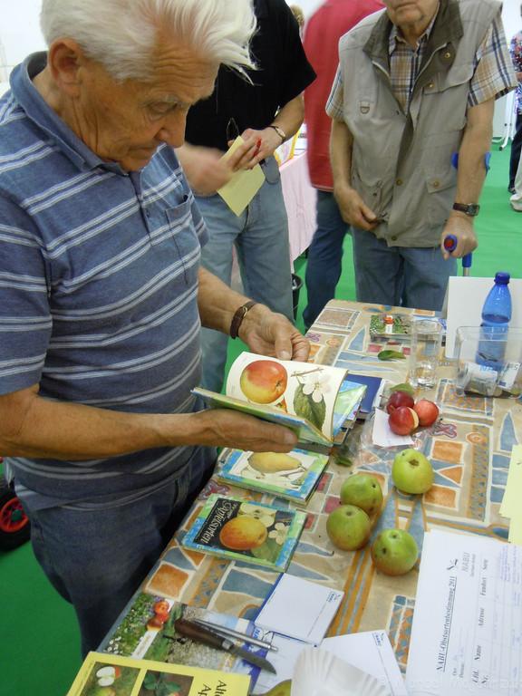 Gern zeigte er die bestimmten Früchte noch in einem seiner Bücher