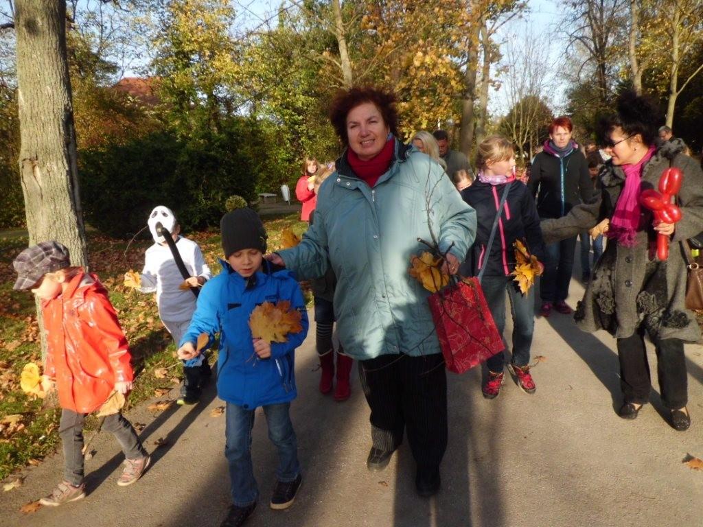 Gudrun Edner führte die Kinder bei der Herbstwanderung durch den Kurpark