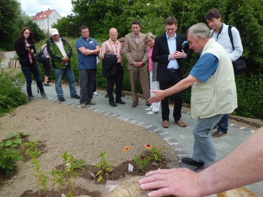 Entlang des Weges erklärte Karlheinz Schuppe (re.) den Gästen die Neuanpflanzungen