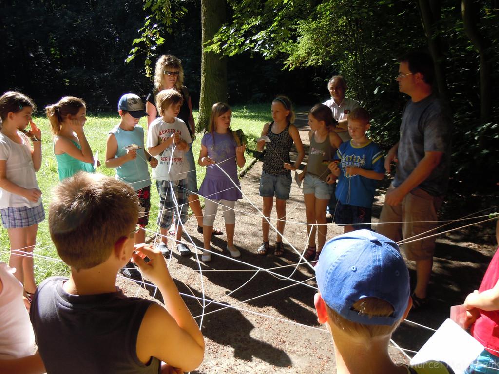 Spielerisch wird den Kindern die Verknüpfungen des Ökosystem Wald erklärt