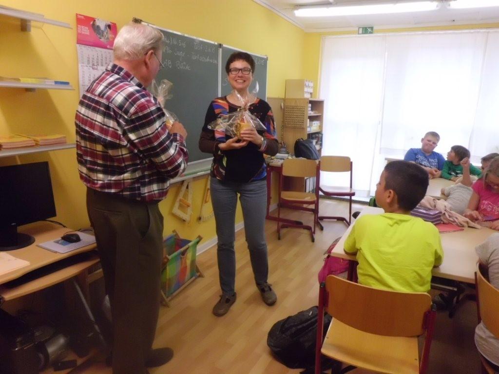 Frau Steuer bedankt sich im Namen der Schulklasse und übergibt Gebhard Edner ein Geschenk