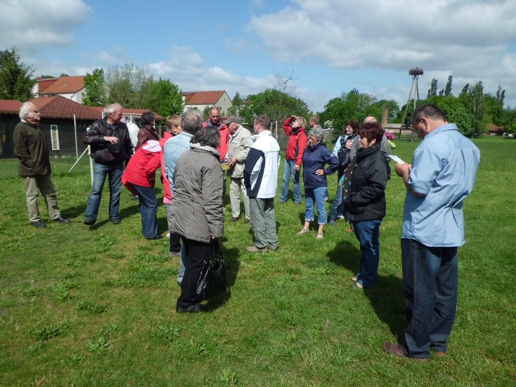 Die Teilnehmer auf dem Gelände des Storchenhofes.