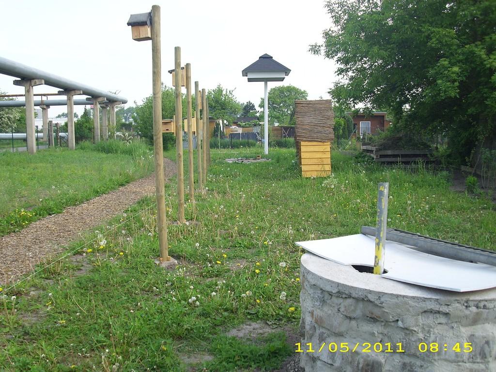 Am Weg entlang: Nistkästen, Insektenhotel, Brunnen und Schwalbenturm