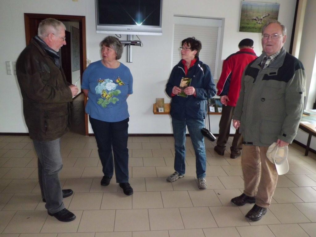 Birgit Block vom Förderverein Großtrappenschutz e.V. (zweite von links) begrüßt die Teilnehmer