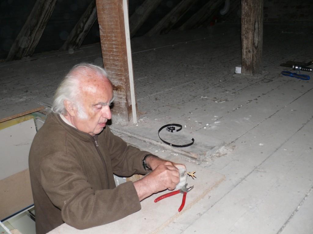 Dr. Gustav Grundler beim Beringen eines jungen Turmfalken