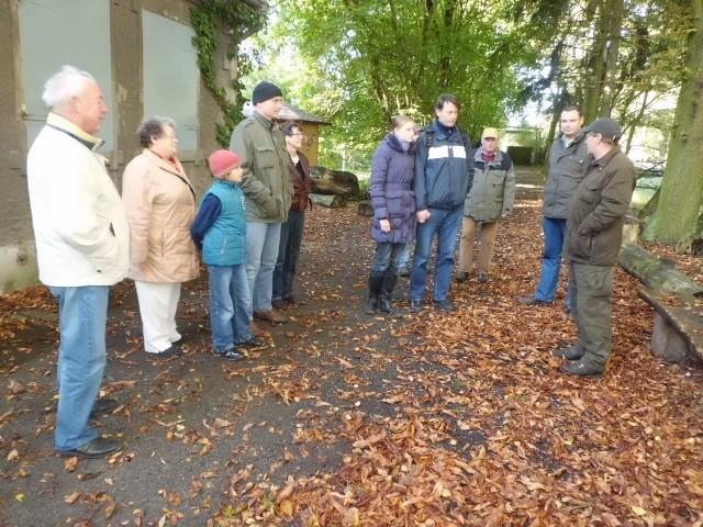 Begrüßung in Kämkerhorst durch Herrn Achim Weber (re.) von der Naturparkverwaltung (Foto: Gudrun Edner))