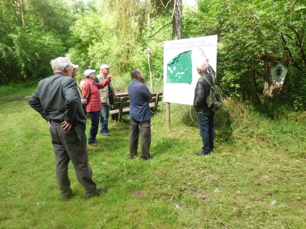 """Herbert Bilang zeigt an der Tafel das Naturschutzgebiet """"Colbitzer Lindenwald"""""""