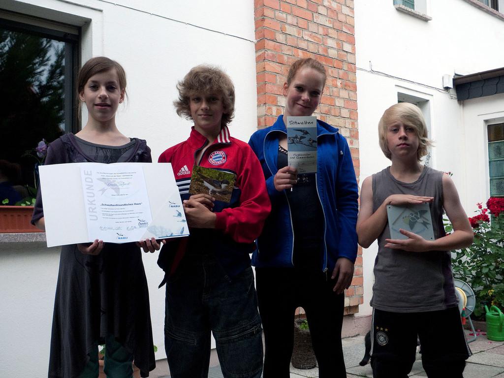 Die Kinder der Familie Podgorski aus Eggersdorf zeigen stolz die Auszeichnungen in die Kamera (Foto: Heike Müller)