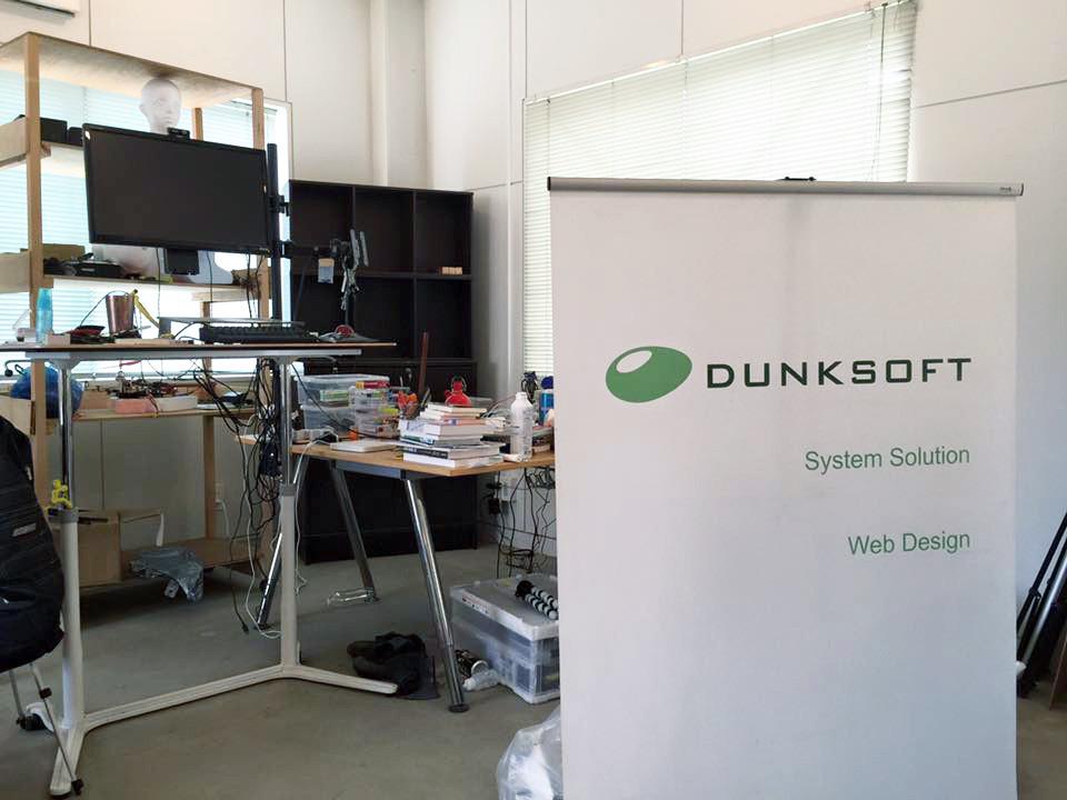 「神山バレー・サテライトオフィス・コンプレックス」の一画にダンクソフトのスマートオフィスとしてスペースを設け、スタンディングデスクを設置して業務を行っています。